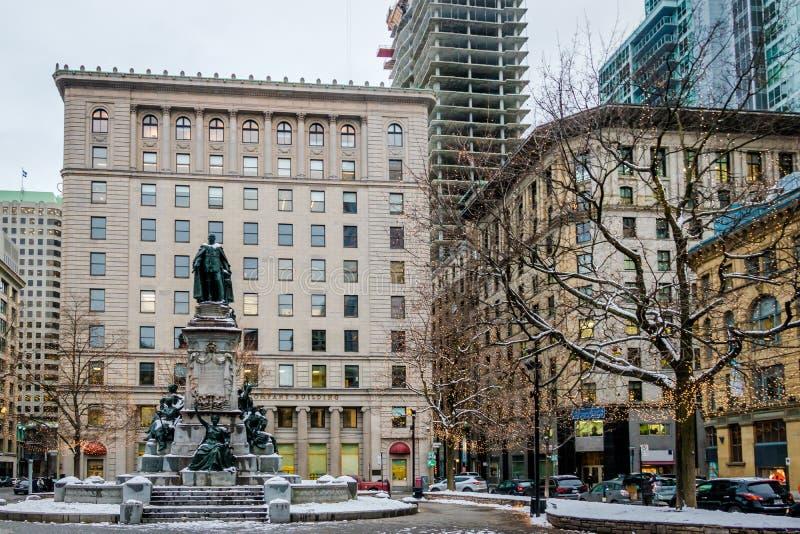 Edificios viejos adentro en el centro de la ciudad con la nieve - Montreal, Quebec, Canadá imagenes de archivo