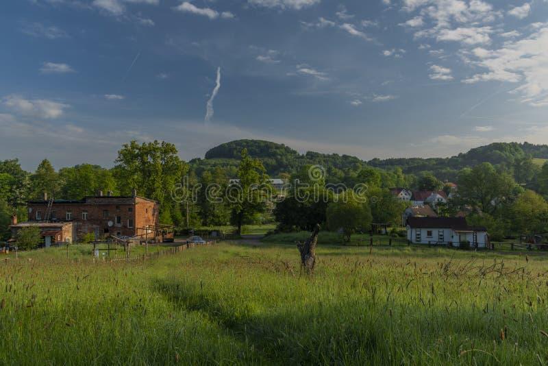 Edificios viejos en el pueblo de Kunratice en parque nacional por mañana fresca de la primavera imágenes de archivo libres de regalías