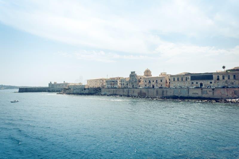 Edificios viejos en la orilla del mar de la isla de Ortygia Ortigia, Syracuse, arquitectura tradicional de Sicilia, Italia imágenes de archivo libres de regalías