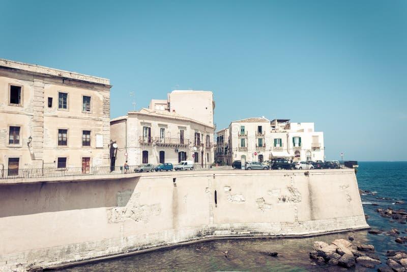 Edificios viejos en la orilla del mar de la isla de Ortygia Ortigia, Syracuse, arquitectura tradicional de Sicilia, Italia fotografía de archivo libre de regalías