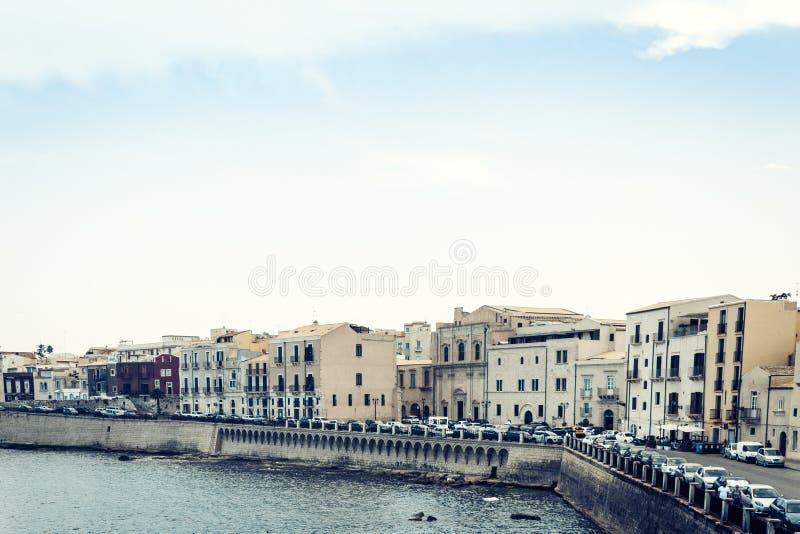 Edificios viejos en la orilla del mar de la isla de Ortygia Ortigia, Syracuse, arquitectura tradicional de Sicilia, Italia imagen de archivo libre de regalías