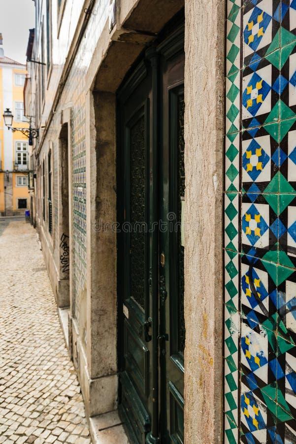 Edificios viejos típicos en el centro de Lisboa, Portugal foto de archivo libre de regalías