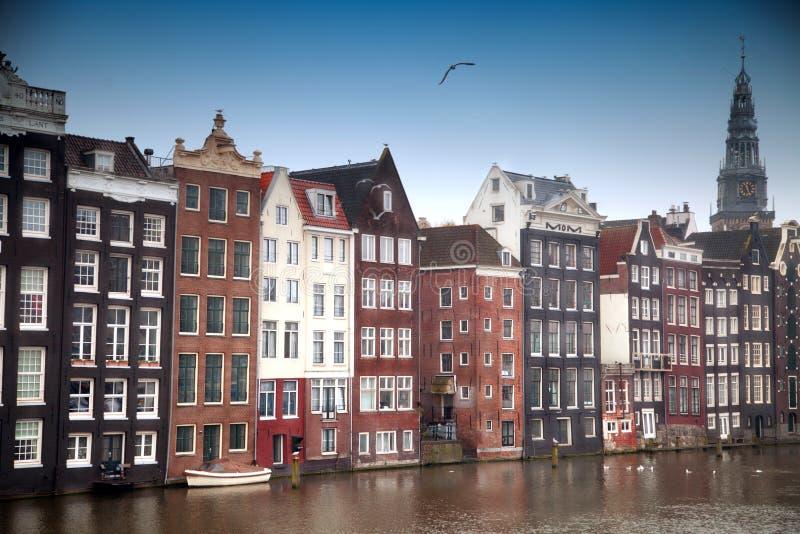 Edificios viejos tradicionales en Amsterdam, los Países Bajos fotografía de archivo