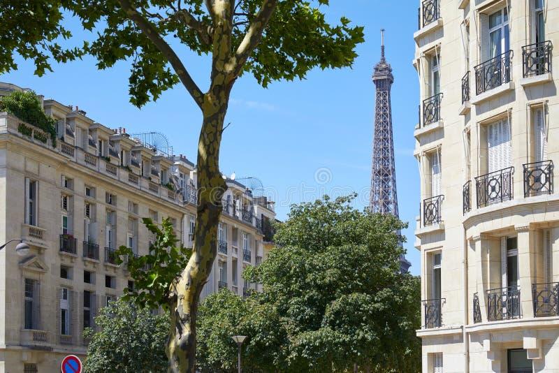 Edificios y árboles en un día de verano, cielo azul claro de la torre Eiffel, de París foto de archivo libre de regalías