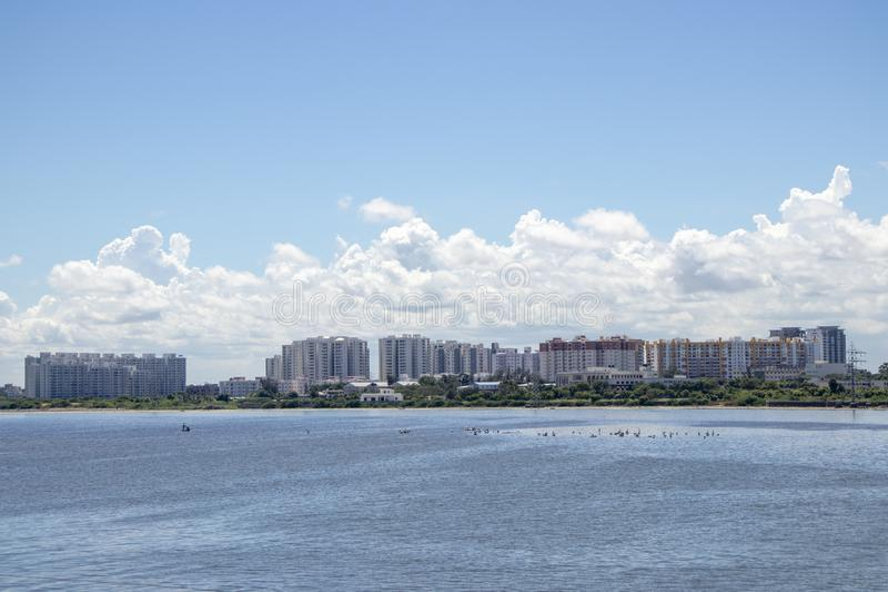 Edificios y apartamentos del scape de la ciudad a lo largo del lago imagen de archivo