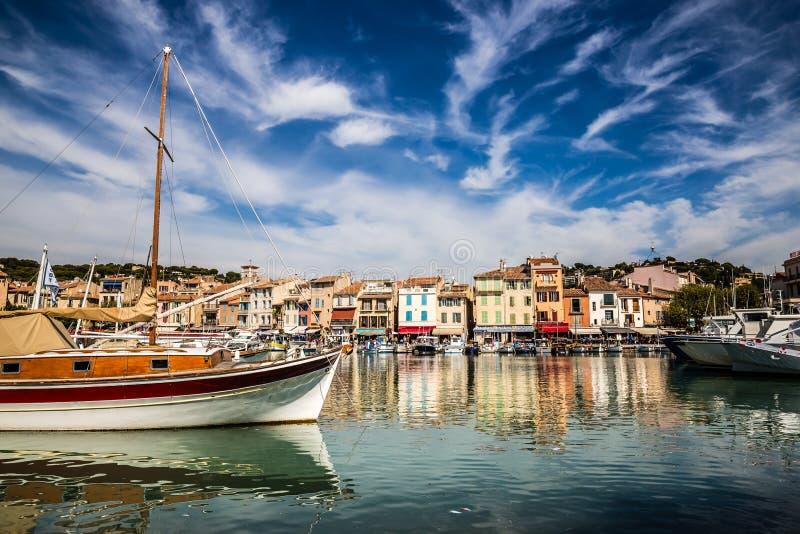 Edificios y Barco-casis coloridos, Francia fotografía de archivo libre de regalías