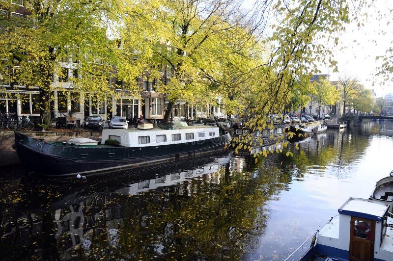 Edificios y barcos de Amsterdam foto de archivo