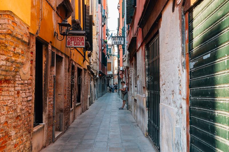Edificios y calle viejos europeos del hotel en Venecia, Italia fotografía de archivo