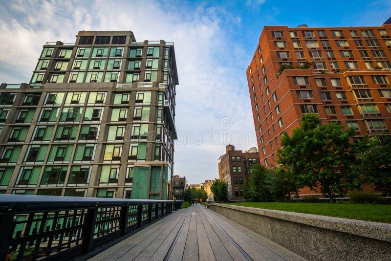 Edificios y calzada en la alta línea, en Chelsea, Manhattan, N fotos de archivo libres de regalías