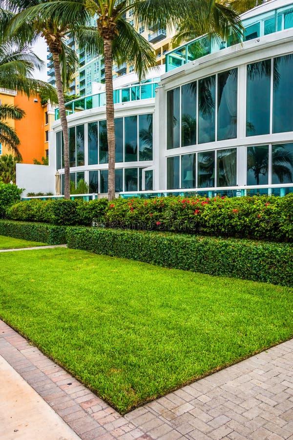 Edificios y calzada modernos en la playa del sur, Miami, la Florida foto de archivo libre de regalías