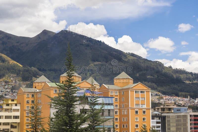 Edificios y escena urbana de las montañas en Quito Ecuador fotos de archivo libres de regalías