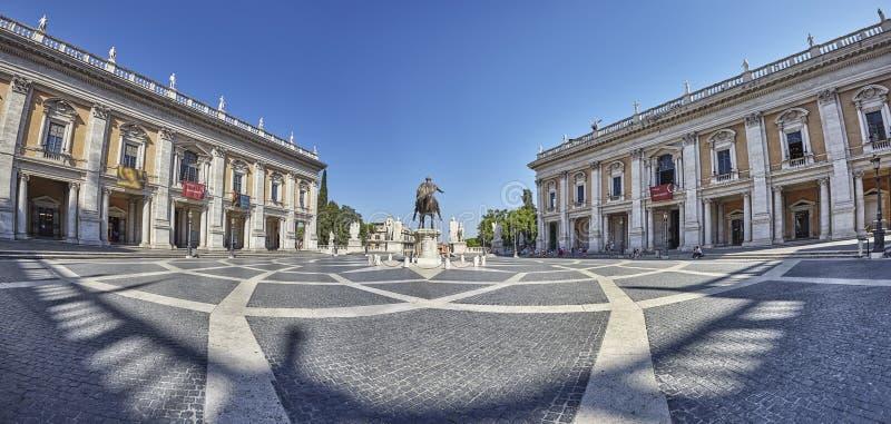 Edificios y estatua del museo del cuadrado de ciudad de la colina de Italia Roma Capitoline iluminados en la salida del sol imágenes de archivo libres de regalías