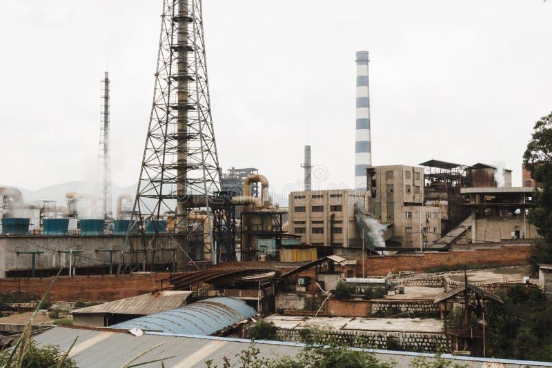 Edificios y humos de la fábrica en China fotos de archivo