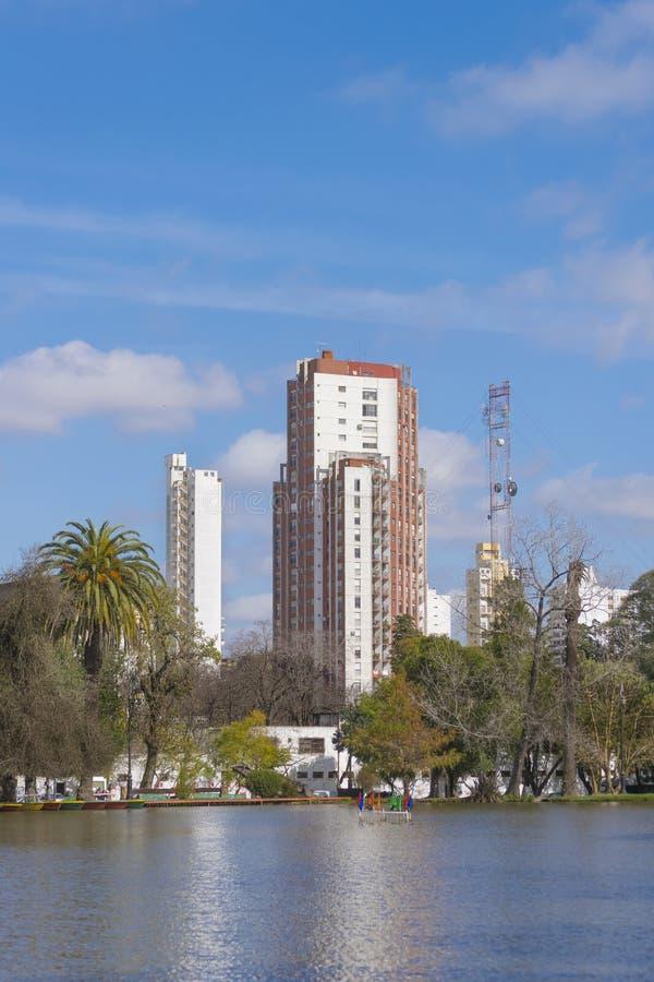 Edificios y lago en la ciudad de La Plata en Buenos Aires, la Argentina foto de archivo