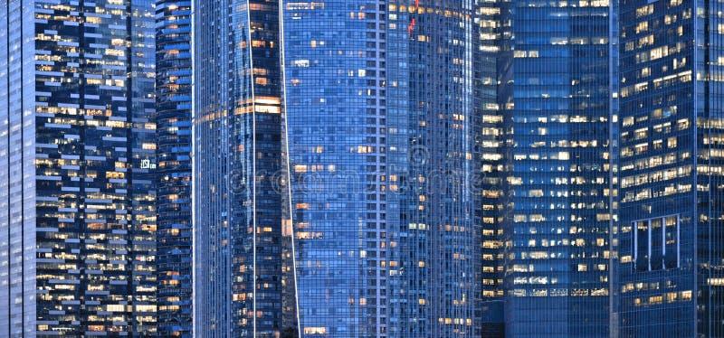 Edificios y luces en el mar y arquitecturas abstractas y horizonte modernos de la noche en Singapur fotografía de archivo