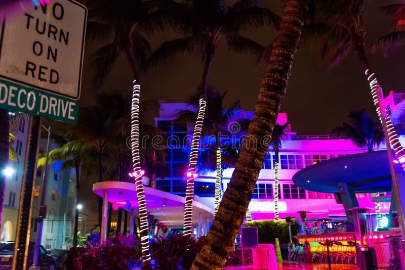 Edificios y palmeras coloridos en Miami Beach en la noche foto de archivo
