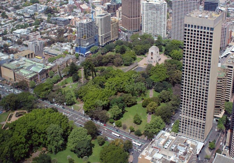 Edificios y parque en el centro de ciudad, Sydney fotos de archivo