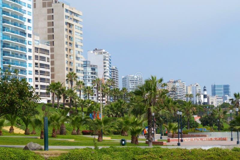 Edificios y parque modernos en el distrito de Miraflores, Lima, Perú fotografía de archivo libre de regalías