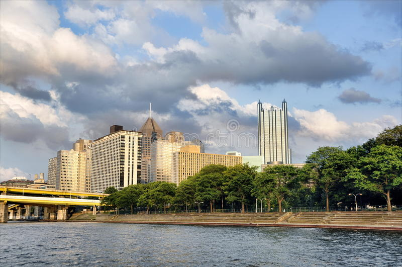 Edificios y río de Pittsburgh foto de archivo libre de regalías