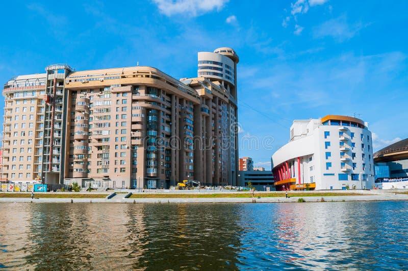 Edificios y Team Sports Palace modernos residenciales cerca del río de Iset en Ekaterimburgo, Rusia fotografía de archivo