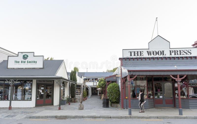 Edificios y tiendas clásicos viejos en la calle de Buckingham en la ciudad histórica de Arrowtown imagenes de archivo