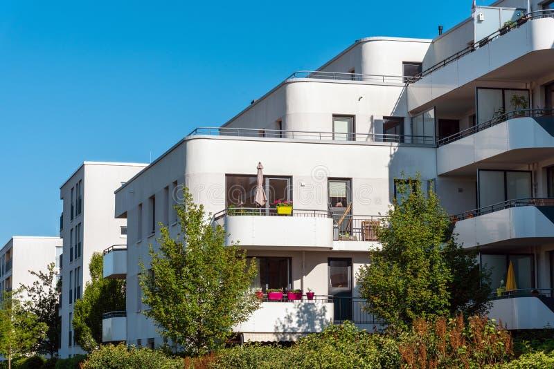 Edilizia residenziale bianca moderna con il giardino fotografie stock