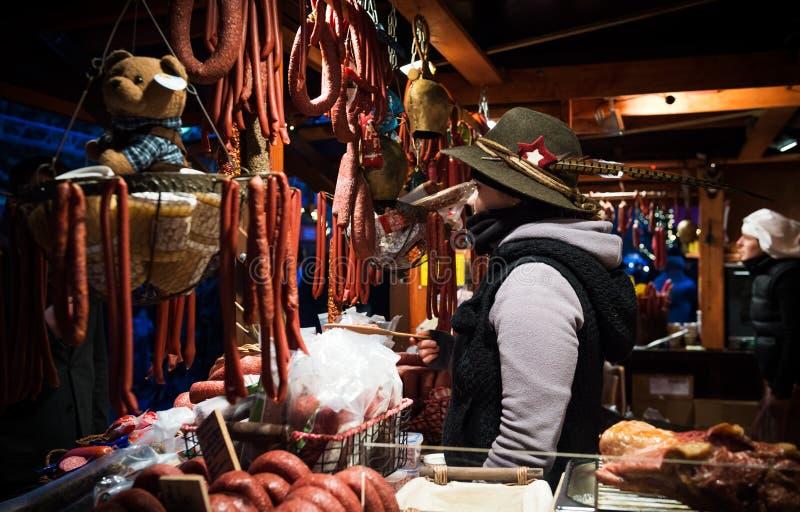 EDIMBOURG, ECOSSE, jeune propriétaire allemand féminin BRITANNIQUE de stalle de nourriture d'†«le 8 décembre 2014 - au marché  photographie stock libre de droits