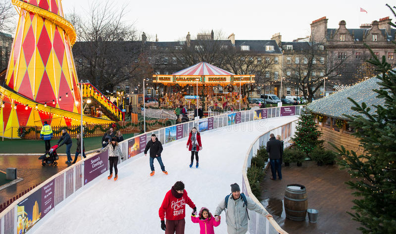 EDIMBOURG, ECOSSE, personnes d'†BRITANNIQUE «le 8 décembre 2014 - appréciant le patinage pendant le marché de Noël d'Edimbourg photos stock