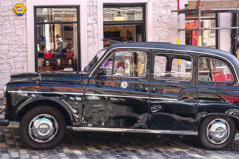 Edimbourg, limousine noire classique se garante de taxi photo stock