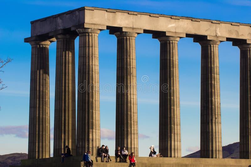 EDIMBURGO, ESCÓCIA - 28 de fevereiro de 2016 - apreciando o feriado no monumento nacional de Escócia no monte de Calton, Edimburg fotos de stock