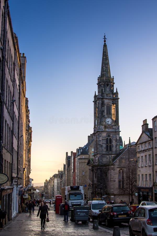 Edimburgo, Escócia, Reino Unido - 16 de novembro de 2016: Traffi do amanhecer imagem de stock
