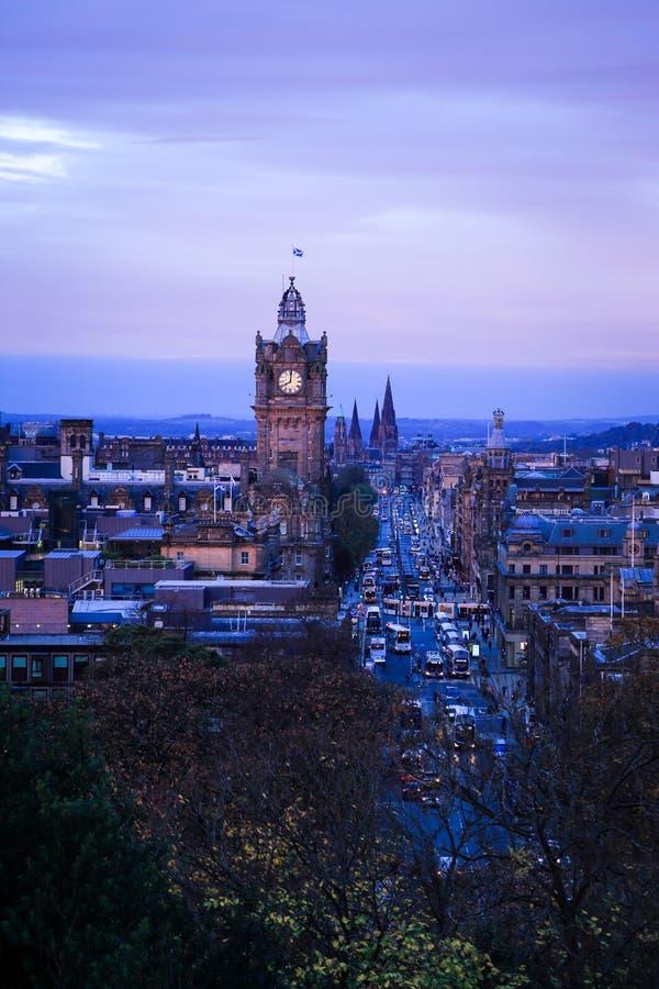 Edimburgo, Escocia Opinión de la mañana del paisaje urbano de la colina de Calton que ve la ciudad y la torre de reloj viejas imágenes de archivo libres de regalías