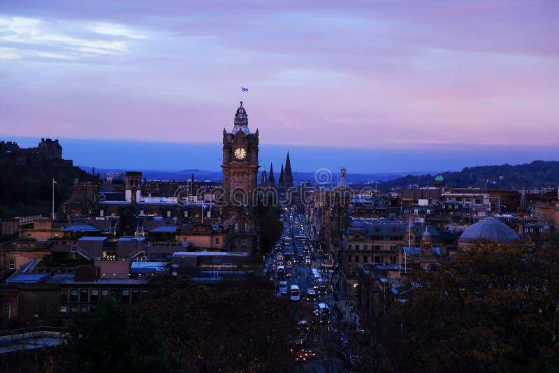 Edimburgo, Escocia Opinión del paisaje urbano de la torre vieja de la ciudad y de reloj de la colina de Calton imagen de archivo libre de regalías