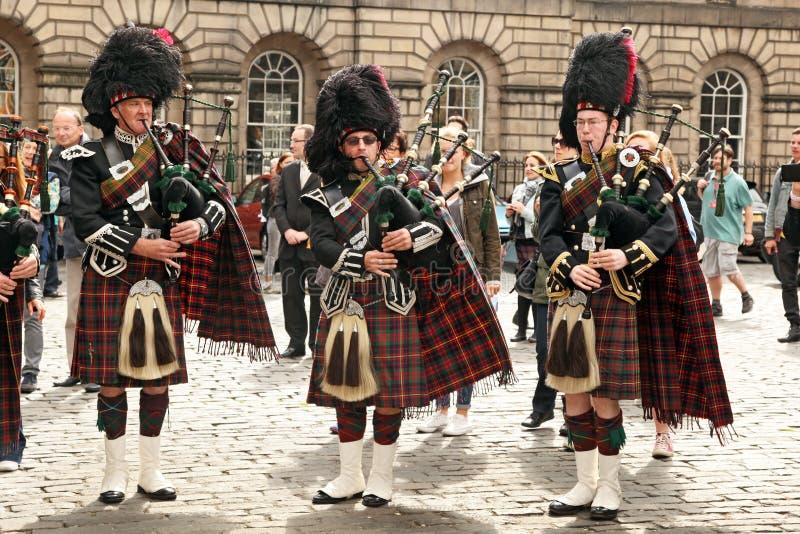 EDIMBURGO FESTIVAL 30 DE AGOSTO DE 2013: Gaiteros escoceses en el desfile en el 30 de agosto de 2013 Edimburgo, Escocia Reino Unid imagen de archivo libre de regalías