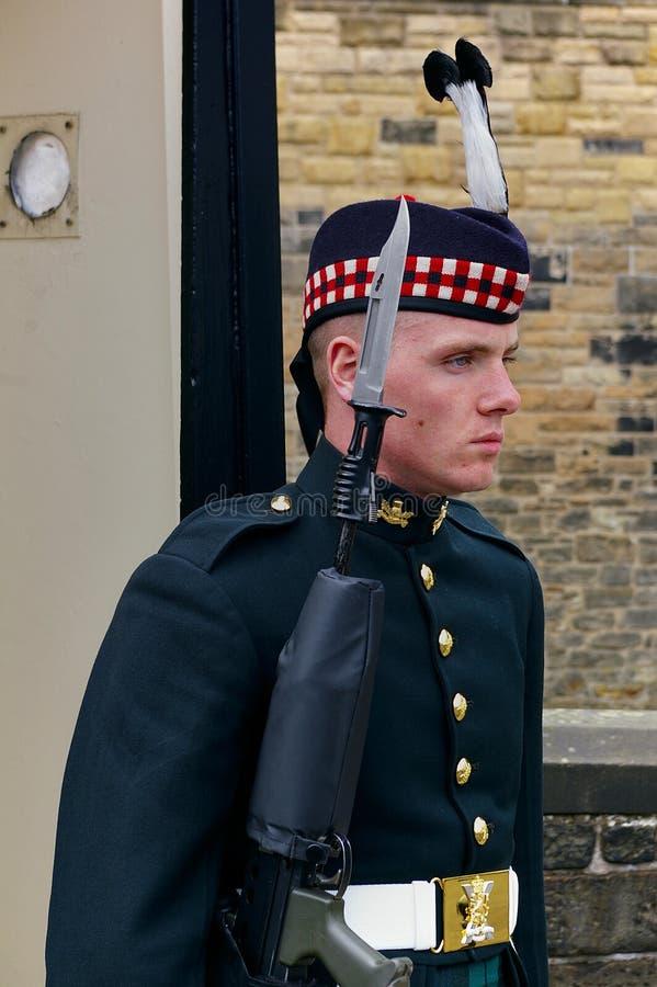 Edimburgo, Scozia - 2 giugno 2012 - soldato del reggimento reale della Scozia in uniforme di abito da sera che custodice l'entrat fotografia stock
