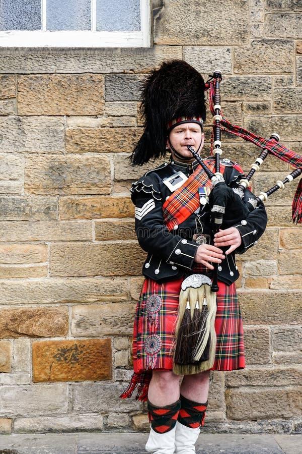 EDIMBURGO, SCOZIA, il 24 marzo 2018, suonatore di cornamusa scozzese ha vestito la i fotografie stock