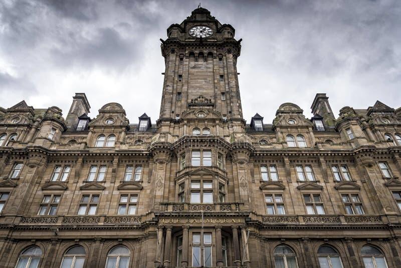 Edinburg Förenade kungariket - Augusti 15, 2014: Sikt av den Balmoral hotellfasaden Balmoral är en lyxig fem-stjärna egenskap arkivbilder