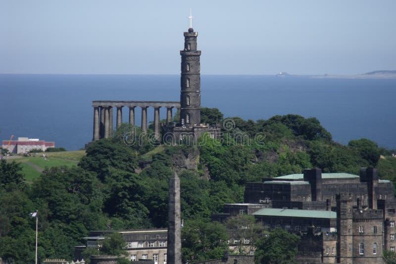 Edinburg galenskap och Nelson Monument arkivfoto