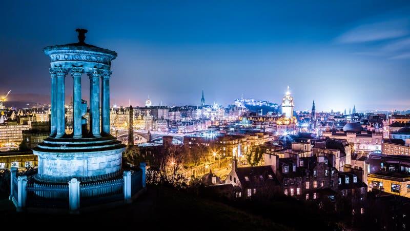 Edinburg på nattsikten från den Calton kullen