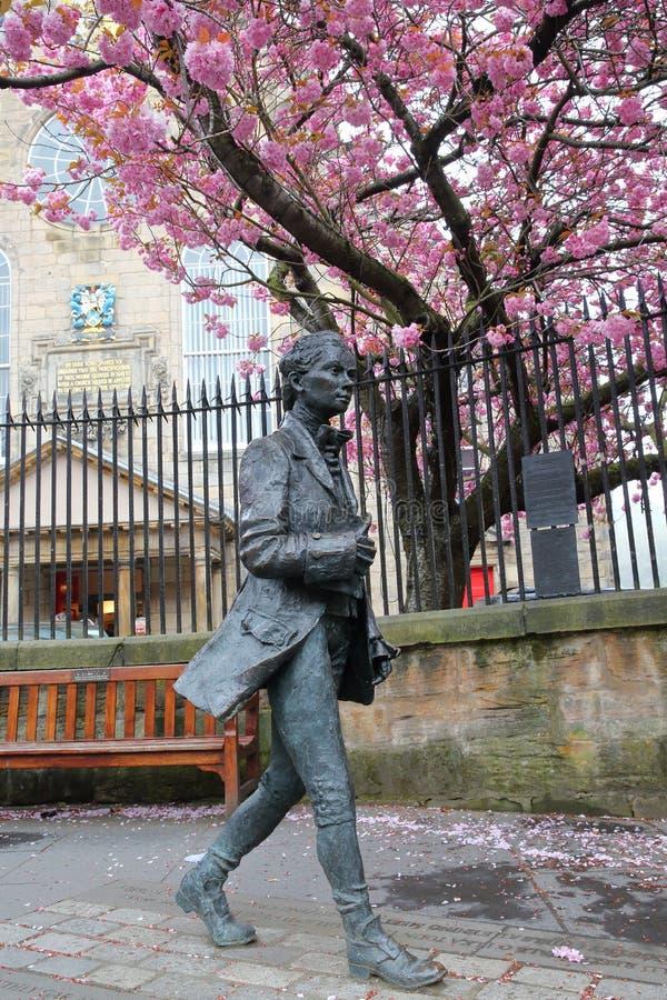 """EDINBURG SCOTLANDÂ-†""""MAJ 8, 2016: En staty av den skotska poeten Robert Fergusson royaltyfria foton"""