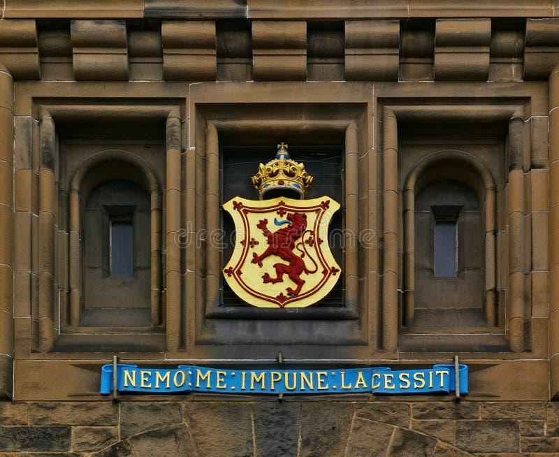 Edinburg, Skottland - Juni 2nd, 2012 - det nationella mottot för vapenskölden och för skotten ovanför den huvudsakliga ingången a royaltyfri foto