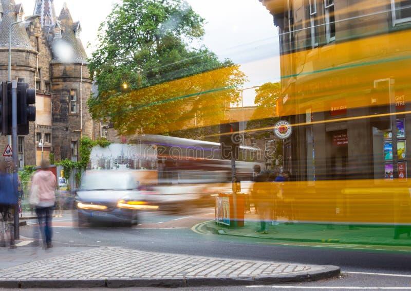 Edinburg turnerar bussen förbigår i en suddighet royaltyfria foton