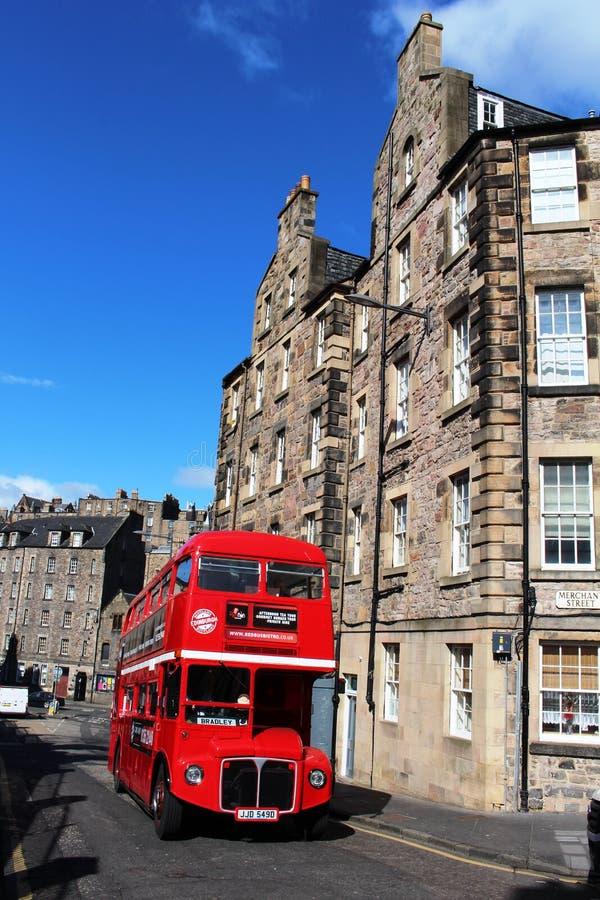 Edinburg turnerar bussen på candlemakeren Row, Edinburg royaltyfri fotografi