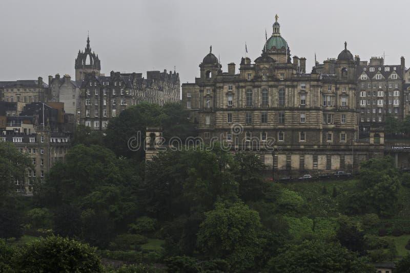 Edinburgbank av den Skottland slottsikten i en regnig eftermiddag royaltyfria bilder
