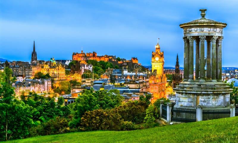 Edinburgcityscape i aftonen, Skottland royaltyfria bilder