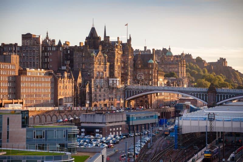 Edinburgcityscape som beskådas från den Calton kullen Skottland UK royaltyfri fotografi
