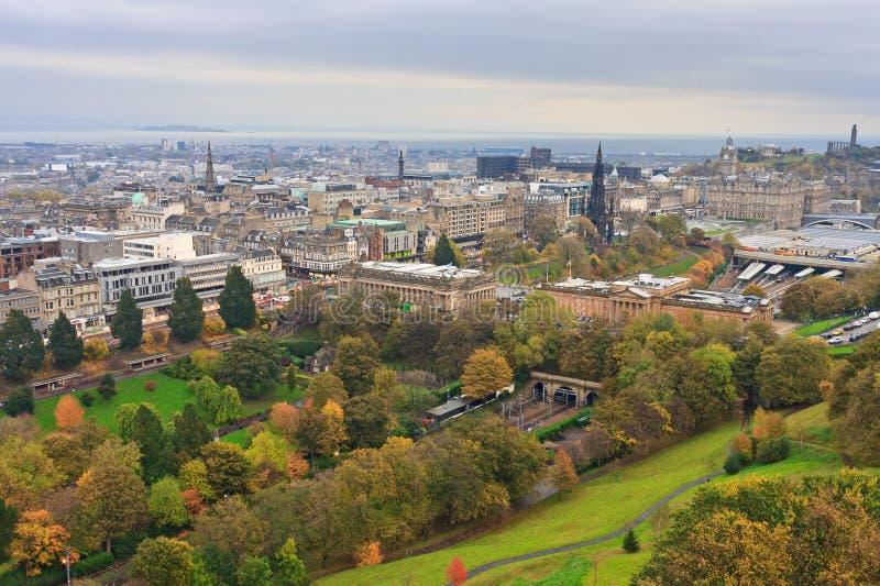 Edinburgh, Ansicht über Stadt stockbild