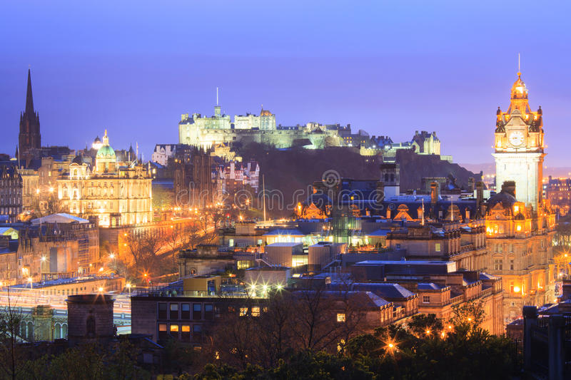 Edinburgh bij schemer stock foto