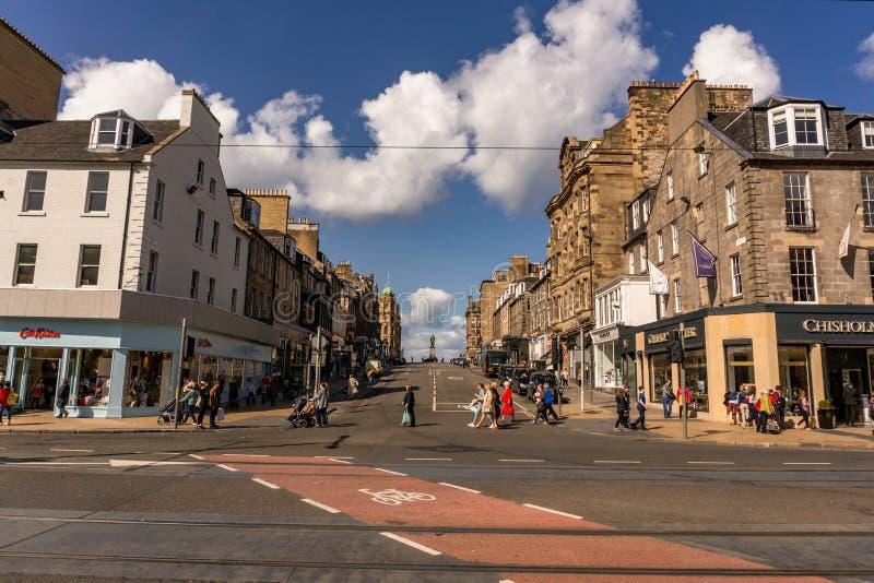 EDINBURGH, GROSSBRITANNIEN, AM 29. AUGUST 2018: Gehen in Straßen von Edinburgh-Stadt Edinburgh ist die Hauptstadt von Schottland lizenzfreies stockfoto