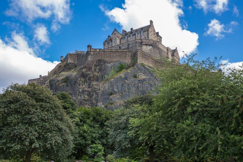 Edinburgh-Schloss über Hügel stockbild